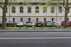 De plaats van het parkeren onder vliegtuigbomen Royalty-vrije Stock Foto's