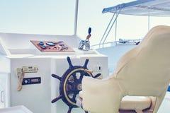De plaats van de kapitein voor controle met handwiel van het schip royalty-vrije stock foto