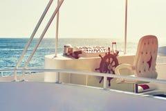 De plaats van de kapitein voor controle met handwiel van het schip stock afbeeldingen