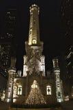 De Plaats van Watertower bij nacht Stock Foto