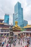 De plaatselijke bevolking en de toeristen betalen eerbied in Jing'an-tempel Stock Foto