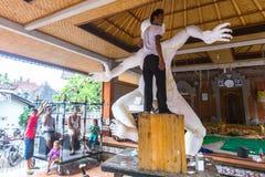 De plaatselijke bevolking tijdens gebouwde Ogoh -ogoh is standbeelden voor de Ngrupuk-parade Stock Foto's
