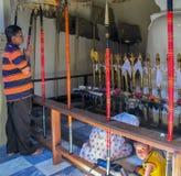 De plaatselijke bewoners bidden in een Boeddhistische tempel in de stad van Kandy, Sri Lanka royalty-vrije stock foto