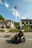 De plaatselijke bewoners drijven motor op de straat Royalty-vrije Stock Fotografie