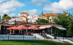 De plaatselijke bewoners genieten van verfrissingen en voedsel bij een bar op de voetstappen van de stad van de heuveltop van Con royalty-vrije stock afbeeldingen