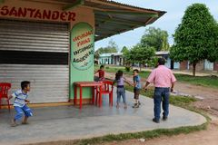 De plaatselijke bewoners op de straten van de stad Stock Foto