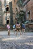 De plaatselijke bewoners spelen met het schoppen van bal chinlon in het populaire spel sepak takraw Royalty-vrije Stock Foto