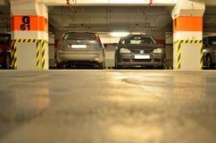 De plaatsen van het autoparkeren binnen ondergronds parkeren Stock Foto's