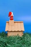De plaatsing van de Kerstman op een schoorsteen Royalty-vrije Stock Afbeeldingen