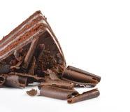 De plak van de chocoladecake met krul op witte achtergrond stock fotografie