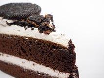 De plak van de chocoladecake met krul op witte achtergrond stock afbeelding
