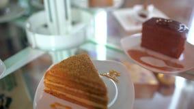 De plak van de chocoladecake, verschillende plakken van cakes, desserts op lijst videoomwenteling, achtergrond, plak van chocolad stock videobeelden