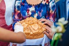 De plak van de bruidegomholding van traditionele huwelijksronde Royalty-vrije Stock Foto