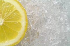 De plak van de citroen op ijs Stock Foto