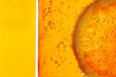 De plak van de citroen in water stock foto's