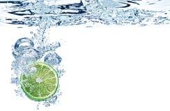 De plak van de kalk in water Stock Afbeeldingen