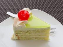 De plak van de vanillecake en verse kers Stock Fotografie