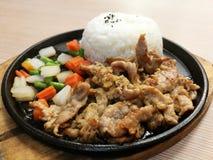 De plak van het grillvarkensvlees op de hete BBQ pan met groente dient met rijst, beweegt gebraden varkensvlees met garlice, lunc Royalty-vrije Stock Fotografie