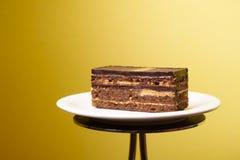 De plak van de operacake op een witte plaat Royalty-vrije Stock Foto