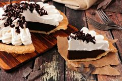 De plak van de pastei van de chocoladeroom, sluit omhoog lijstscène tegen donker hout stock afbeeldingen