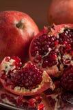 De plakken en de zaden van de granaatappel op zilveren dienblad Royalty-vrije Stock Afbeeldingen