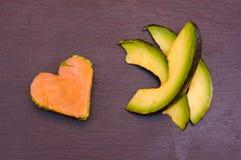 De plakken van avocado en avocado en de gerookte zalm in een hart vormen op hoogste lei Royalty-vrije Stock Fotografie