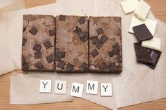 De plakken van de chocoladebrownie met chocoladestukken Royalty-vrije Stock Afbeeldingen