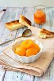 De plakken van de abrikozenjam met knapperige cakes op de lijst Stock Afbeelding