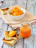De plakken van de abrikozenjam met knapperige cakes op de lijst Stock Fotografie