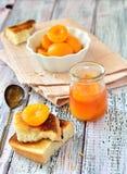 De plakken van de abrikozenjam met knapperige cakes op de lijst Stock Afbeeldingen