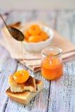 De plakken van de abrikozenjam met knapperige cakes op de lijst Royalty-vrije Stock Foto