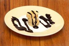 De plakken van de banaan en behandeld met chocoladestroop Stock Foto