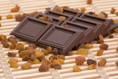 De plakken van de chocolade met rozijnen Stock Foto's