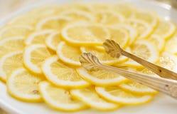 De plakken van de citroen op plaat Royalty-vrije Stock Afbeeldingen