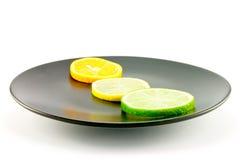 De Plakken van de citrusvrucht op een Zwarte Plaat Royalty-vrije Stock Afbeelding