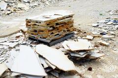 De plakken van de kalksteensteen in steengroeve Stock Foto's