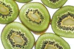 De plakken van de kiwi op witte achtergrond Stock Foto's