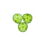 De plakken van de komkommer op witte achtergrond Stock Foto