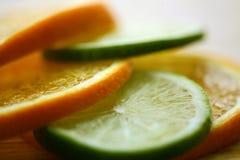 De plakken van de sinaasappel en van de kalk Stock Fotografie