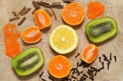 De plakken van fruit en kruiden, liggen op de oude raad Royalty-vrije Stock Afbeeldingen