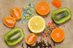 De plakken van fruit en kruiden, liggen op de oude raad Royalty-vrije Stock Foto
