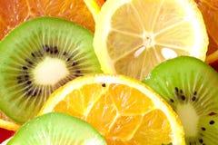 De plakken van het fruit (citroen, kiwi, mandarijn, sinaasappel) Royalty-vrije Stock Afbeelding