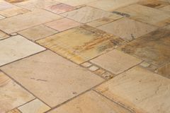 De plakken van het kalkzandsteen op het terras onregelmatig worden gelegd dat royalty-vrije stock foto's
