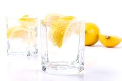 De plakken van het sodawater en van de citroen Stock Afbeeldingen