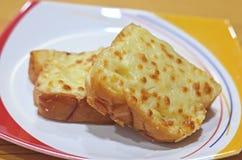 De plakken van het toostbrood in stroken in metaalpot Stock Foto