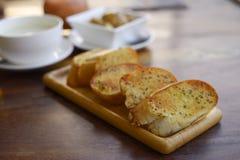 De plakken van het toostbrood in stroken in metaalpot stock afbeeldingen