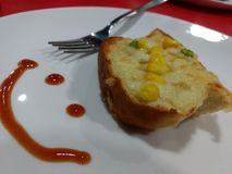 De plakken van het toostbrood in stroken in metaalpot Stock Fotografie
