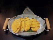 De plakken van het toostbrood in stroken in metaalpot Stock Foto's
