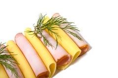 De plakken van het vlees en van de kaas die op wit worden geïsoleerd= Stock Foto's