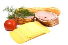 De plakken van het vlees en van de kaas die op wit worden geïsoleerda Royalty-vrije Stock Afbeeldingen